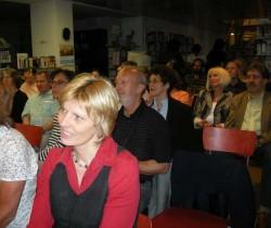 Das Publikum verfolgt interessiert die Lesungen.