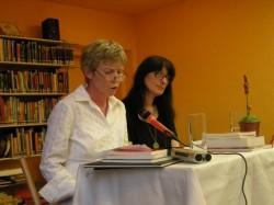 Barbara Finke-Heinrich liest aus ihren Texte. Ihr zur Seite Traude Korosa.