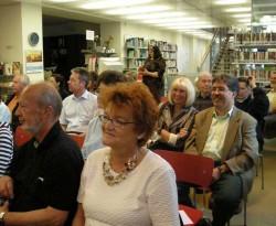 Das Publikum amüsiert sich bei der Darbietung des Augustin Chors