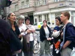 Frauen beim Frauenstadtspaziergang im dritten Bezirk-Ecke Ungargasse Beatrixgasse