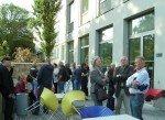 Die Gaeste versammeln sich auf der Terrasse der AK Bibliothek Wien