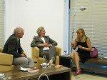 AutorInnen und Gaeste unterhalten sich miteinander nach der Veranstaltung.