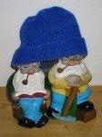 Herr Zwerg und Herr Zwerg mit einer blauen Mütze anlässlich des Blue Beanie Day.