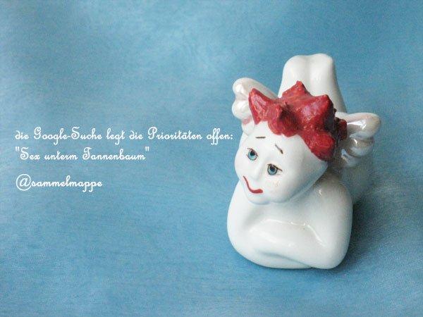 Rothaariges Engerl aus weißem Porzellan auf blauem Hintergrund und ein weihnachtlicher Tweet von @sammelmappe