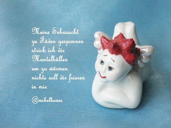 Weißes Porzellanengerl mit roten Haaren und einem weihnachtlichen Tweet