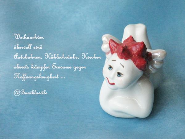 Weißes Porzellanengerl mir roten Haaren auf blauem Hintergrund und einem Tweet von @Buntblaettle