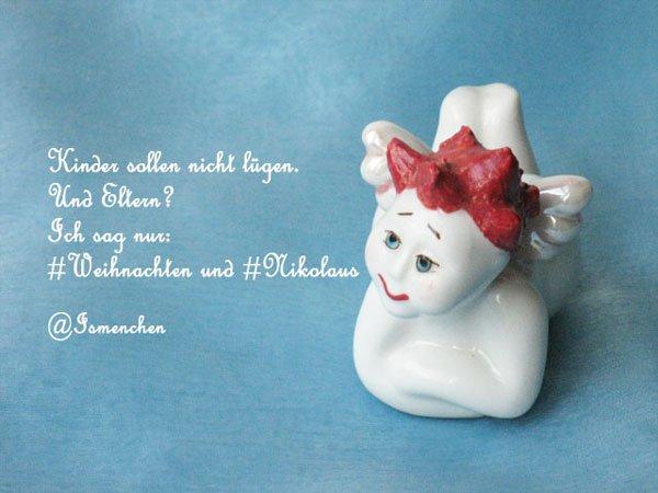 Weißes Porzellanengerl mir roten Haaren auf blauem Hintergrund und einem Tweet