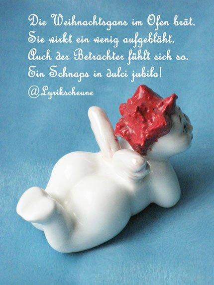 Rothaariges Engerl aus weißem Porzellan auf blauem Hintergrund und ein weihnachtlicher Tweet