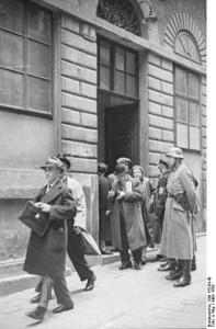 Bundesarchiv_Bild_152-64-40,_Wien,_SS-Razzia_bei_jüdischer_Gemeinde