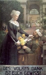 Das Bild zeigt ein großzügig ausgestattetes Lazarett. Im Vordergrund sitzt ein verwundeter Soldat in Paradeuniform auf einem Sessel. Kaiserin Auguste Viktoria überreicht ihm einen Blumenstrauß, womit der Dank des Vaterlandes angedeutet werden soll. Links hinter ihr ist ein Diener mit weiteren   Blumensträußen erkennbar. Im Hintergrund erkennt man Krankenschwestern und die weiten Räume, aber keine Details des Lazaretts