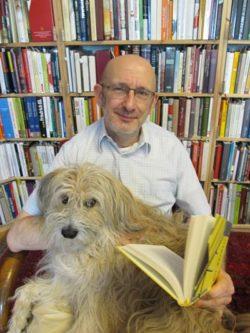 Das Bücherabo genießen Herrchen und Hund