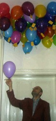 Georg Schober beim Pflücken der Luftballons.